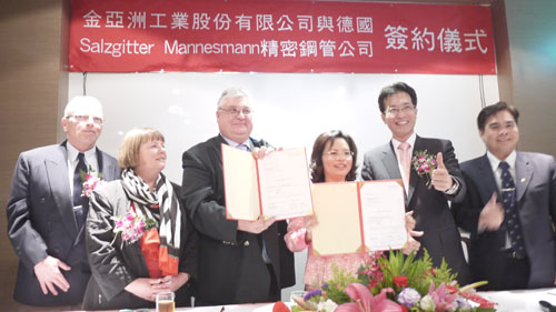 The signing ceremony for cooperation between Golden Asia and Salzgitter Mannesmann on March 5, 2013.